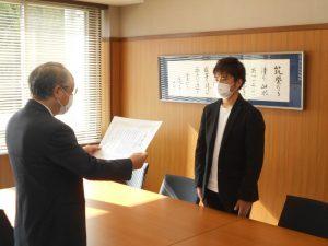 生物応用化学科3年生篠塚さんの善行を表彰しました